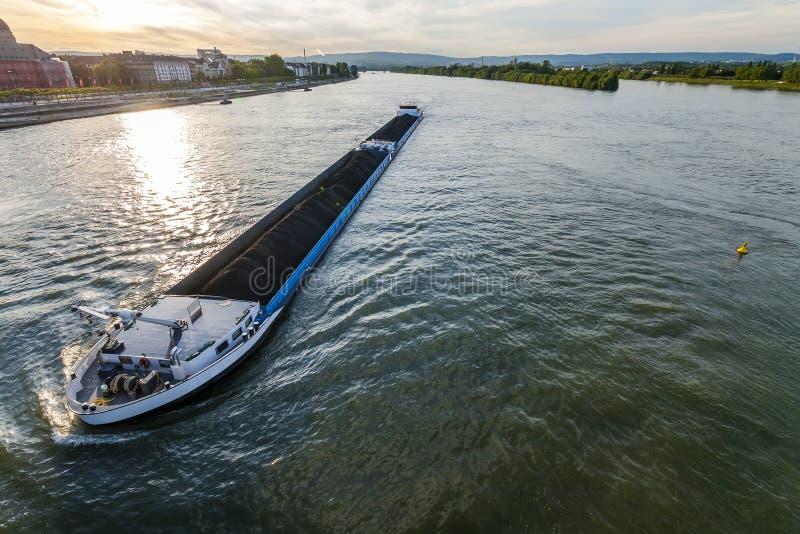 Nave da carico con il carico alla rinfusa del carbone sul fiume il Reno a Mainz, germe fotografia stock libera da diritti