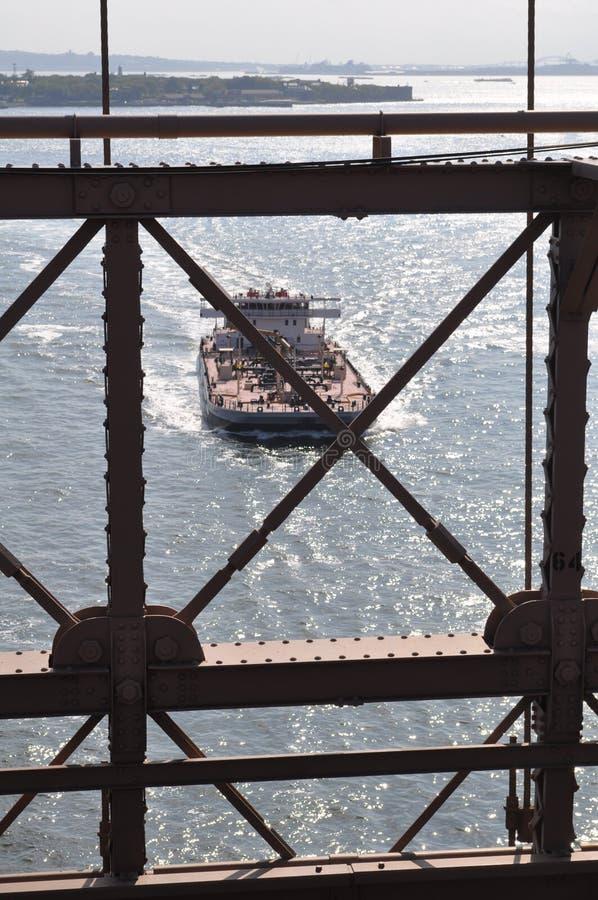 Nave da carico dal ponte di Brooklyn immagine stock