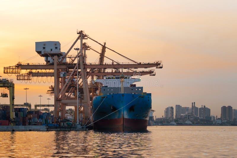 Nave da carico del contenitore nell'affare di importazione e dell'esportazione e in logis fotografia stock libera da diritti