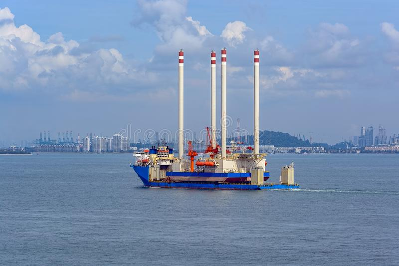 Nave da carico pesante dell'ascensore che trasporta una piattaforma dell'impianto offshore fotografie stock libere da diritti