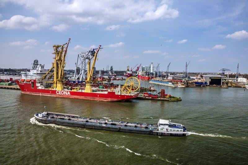 Nave da carico in porto marittimo Rotterdam, Paesi Bassi fotografia stock libera da diritti