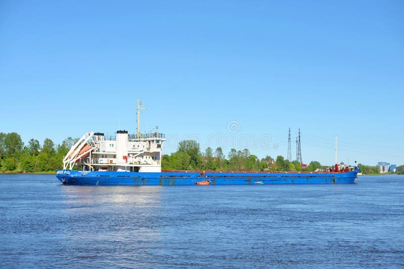 Nave da carico sul fiume di Neva immagini stock