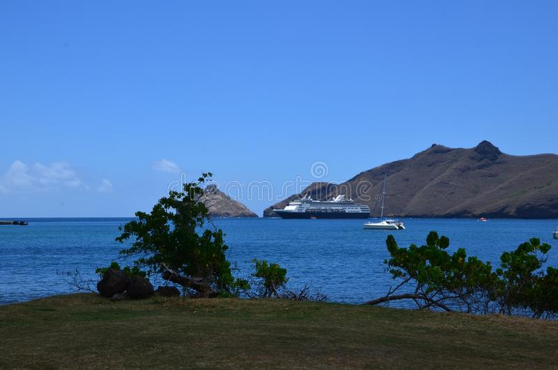 Nave da crociera attraccata fuori dalla riva su Nuka Hiva fotografia stock libera da diritti