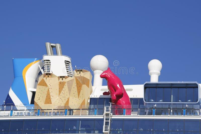 Nave da crociera caraibica reale Quantum dei mari con la statua di Lawrence Argent della parete magenta di arrampicata e dell'ors immagini stock