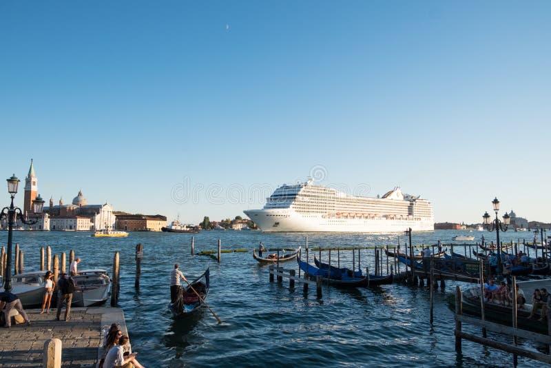 Nave da crociera che lascia Venezia, Italia fotografie stock libere da diritti