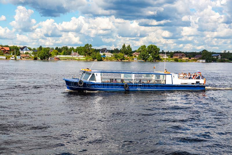 Nave da crociera del fiume con i passeggeri che navigano sul fiume di Neva immagini stock libere da diritti