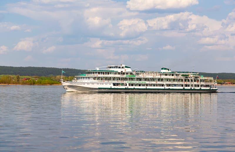 Nave da crociera del fiume con i passeggeri che navigano sul fiume Volga fotografia stock