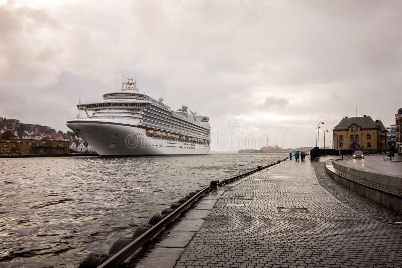 Nave da crociera di Emerald Princess in un porto di Stavanger, Norvegia immagine stock