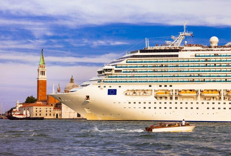 Nave da crociera enorme nel centro di Venezia, canal grande L'Italia fotografia stock libera da diritti