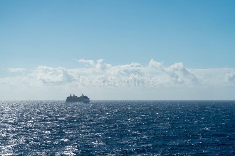 Nave da crociera fuori in mare immagini stock