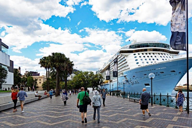 Nave da crociera moderna messa in bacino a Quay circolare, Sydney Harbour, Australia fotografia stock