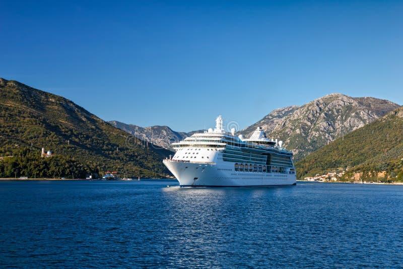 Nave da crociera nella baia di Cattaro, Montenegro fotografie stock