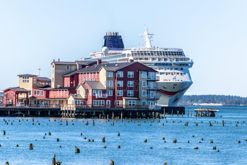 Nave da crociera norvegese di Sun di NCL messa in bacino in Astoria del centro dietro il conservificio Pier Hotel e la stazione t immagine stock libera da diritti