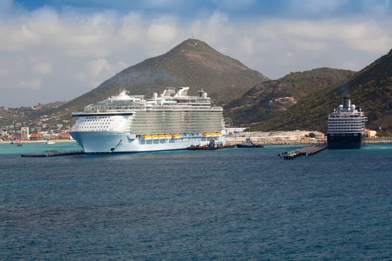 Nave da crociera in porta alla st Maarten immagini stock