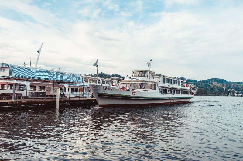 Nave da crociera sul lago Lucerna che si mette in bacino vicino al giorno dell'annuvolamento del porto immagini stock