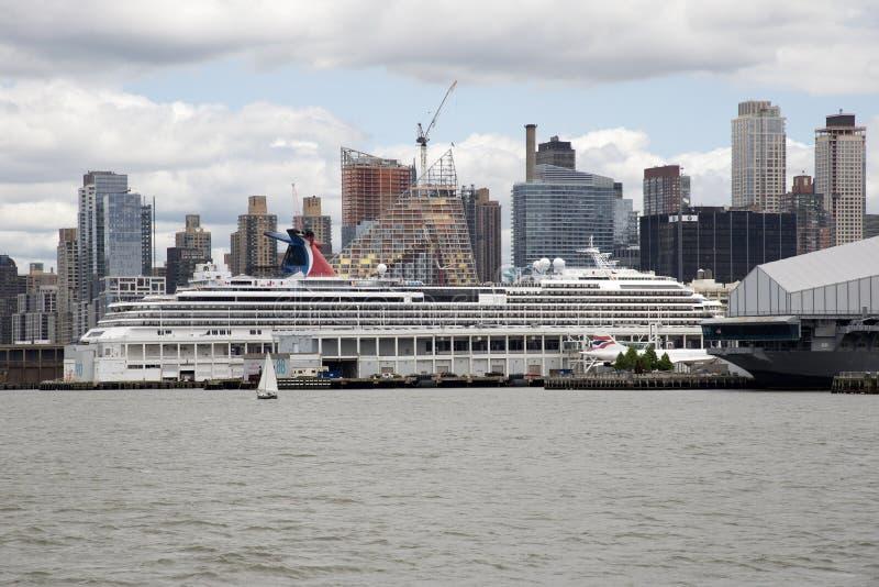 Nave da crociera sull'ancoraggio New York U.S.A. di Hudson River immagini stock libere da diritti