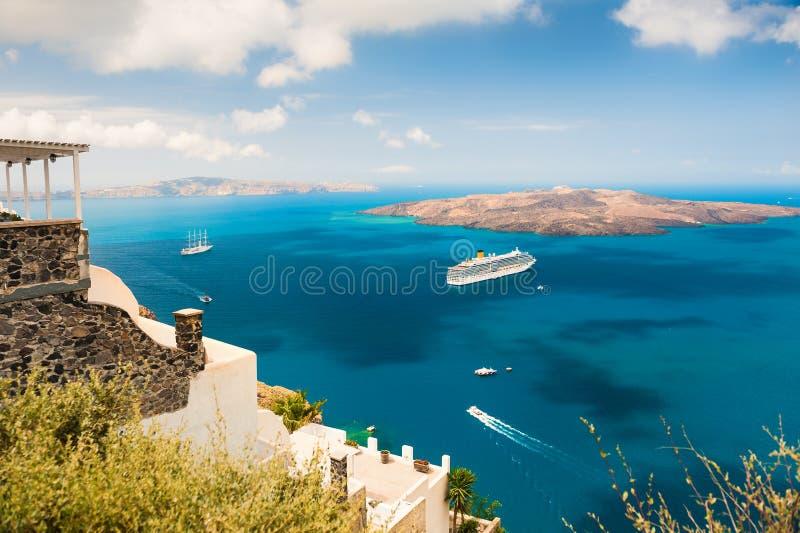 Nave da crociera vicino alla costa di mare dell'isola di Santorini, Grecia fotografia stock