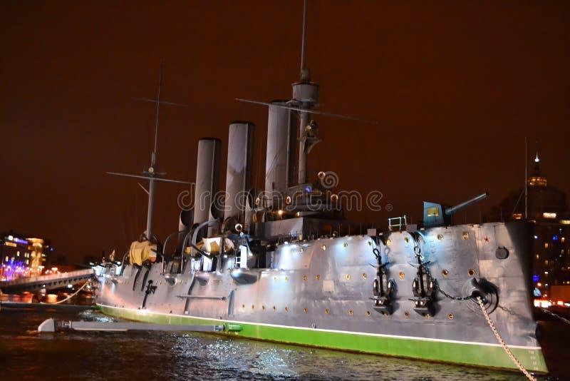 Nave da guerra a St Petersburg alla notte fotografia stock