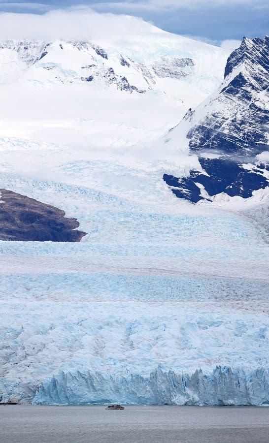 Nave davanti a Perito Moreno Glacier al parco nazionale di Los Glaciares fotografie stock