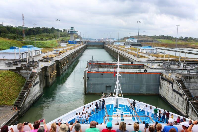 Nave de Crouise en la cerradura en el Canal de Panamá fotos de archivo libres de regalías