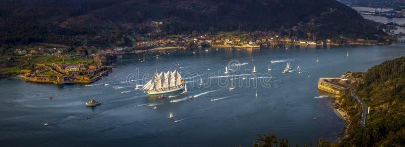 Nave de entrenamiento Juan Sebastian Elcano que sale el puerto de Ferrol Galicia España imagenes de archivo