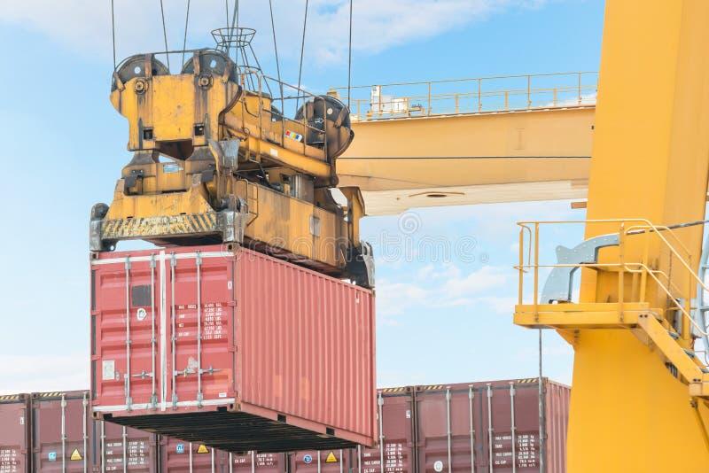 Nave de la carga del cargo del envase con el puente de cargamento de trabajo de la grúa i fotos de archivo