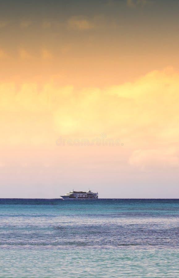 Nave de la puesta del sol - Océano Pacífico, Honolulu fotografía de archivo