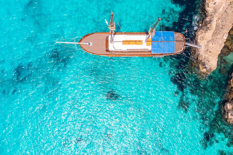Nave de madera del placer con el palo en el mar azul claro Silueta del hombre de negocios Cowering foto de archivo libre de regalías