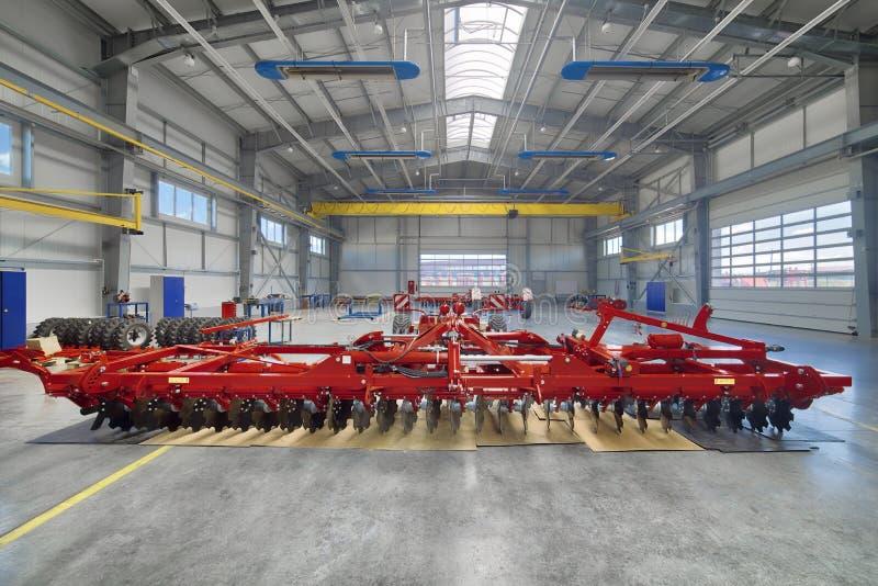 Nave de montaje de la fábrica Fabricación de maquinaria agrícola imagen de archivo
