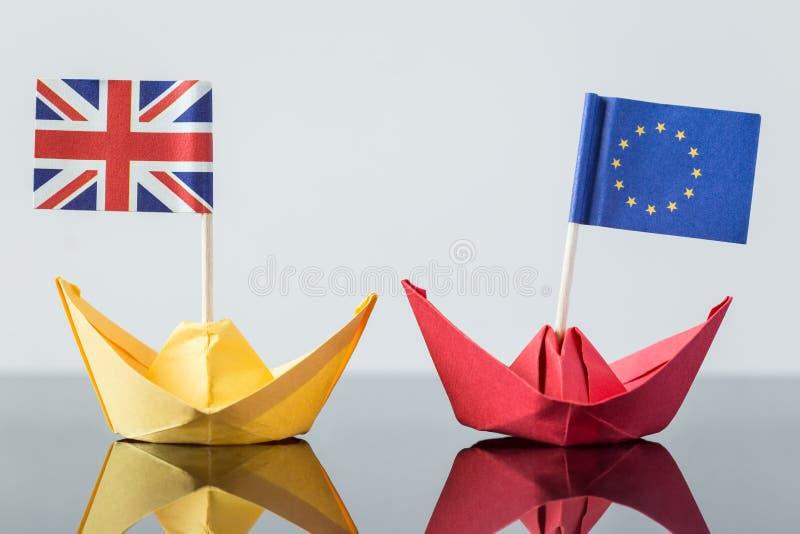 Nave de papel con la bandera británica y europea fotos de archivo libres de regalías
