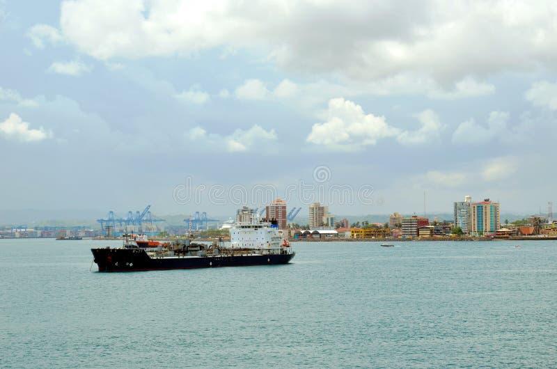 Nave de petrolero anclada cerca del puerto de Cristobal fotos de archivo