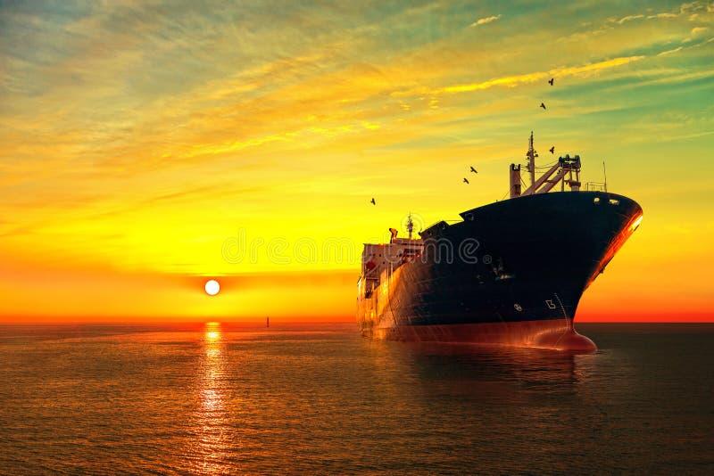 Nave de petrolero en el mar fotografía de archivo libre de regalías