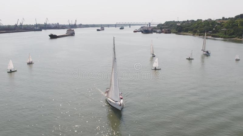 Nave de petrolero y velero en el río Silueta del hombre de negocios Cowering Veleros y un petrolero imágenes de archivo libres de regalías