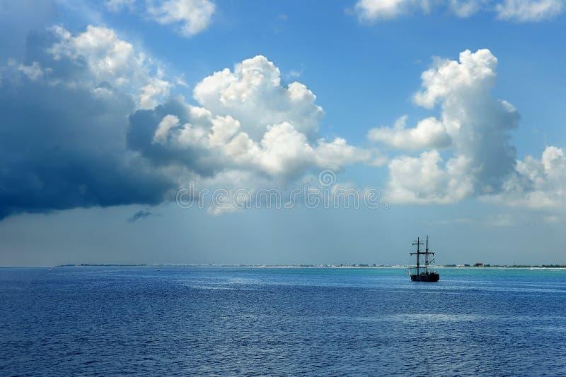 Nave de pirata en las aguas del Caribe imagenes de archivo