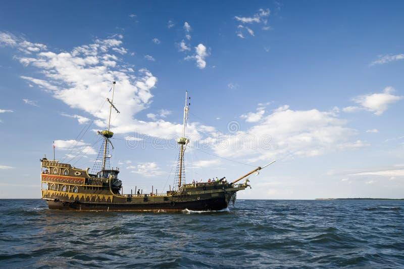Nave de Vikingo en el mar imagen de archivo