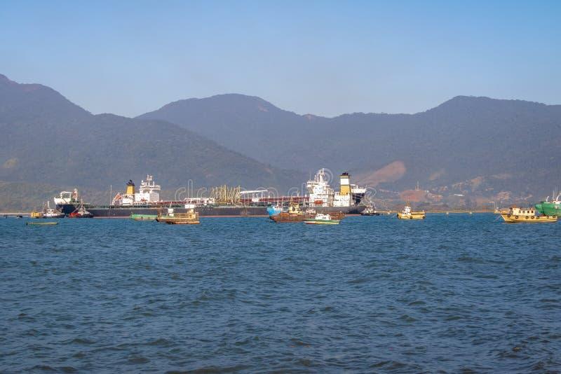 Nave del aceite del petrolero de la lanzadera en el sao Sebastiao Canal - sao Sebastiao, Sao Paulo, el Brasil fotos de archivo libres de regalías