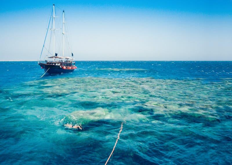 Nave del barco de vela con los turistas en Ras Mohamed National Park en el Mar Rojo, Sharm el Sheikh, Egipto imagenes de archivo