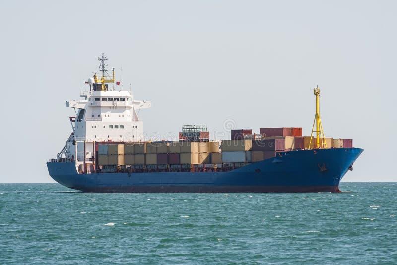 Nave del contenedor para mercancías en el mar imagen de archivo