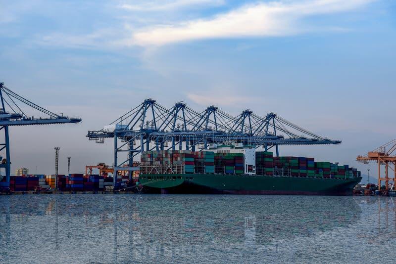 Nave del contenedor para mercancías en puerto fotografía de archivo