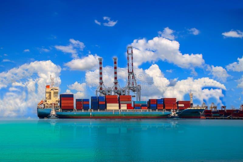 Nave del contenedor para mercancías en puerto imagenes de archivo