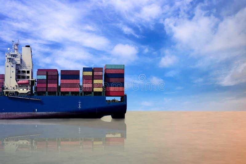Nave del contenedor para mercanc?as en el mar foto de archivo libre de regalías