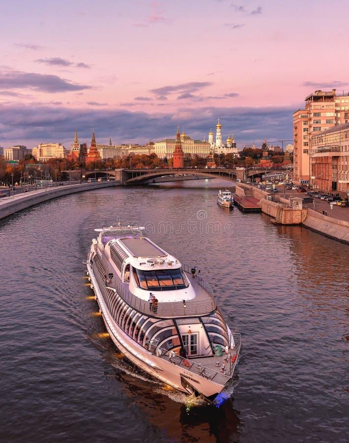 Nave del flotilla Radisson real La Moscú el Kremlin, visión desde el puente patriarcal imagen de archivo libre de regalías