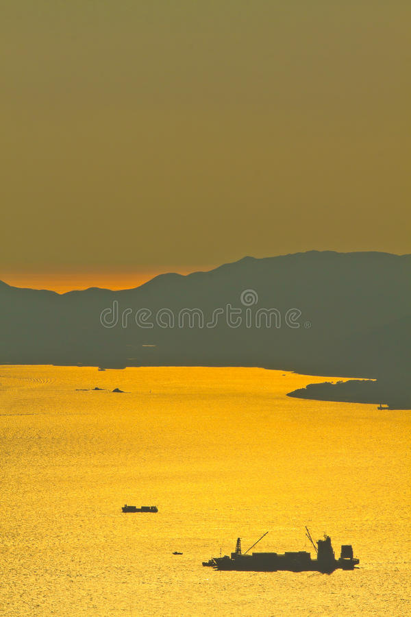Nave del granelero en la puesta del sol en el mar fotografía de archivo libre de regalías
