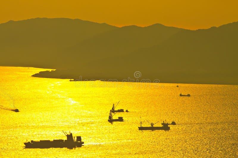 Nave del granelero en la puesta del sol en el mar imágenes de archivo libres de regalías