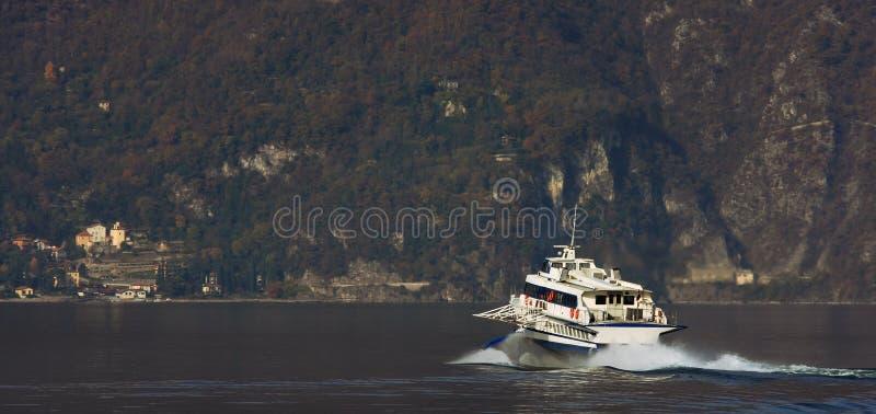 Nave del motore sul lago Como. fotografie stock