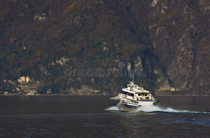 Nave del motore sul lago Como. fotografie stock libere da diritti