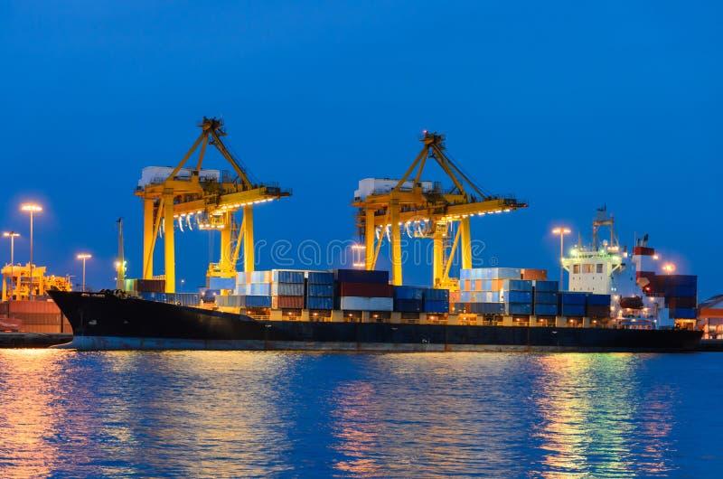 Nave del trasporto del carico del contenitore con il ponte funzionante della gru in shipya immagini stock