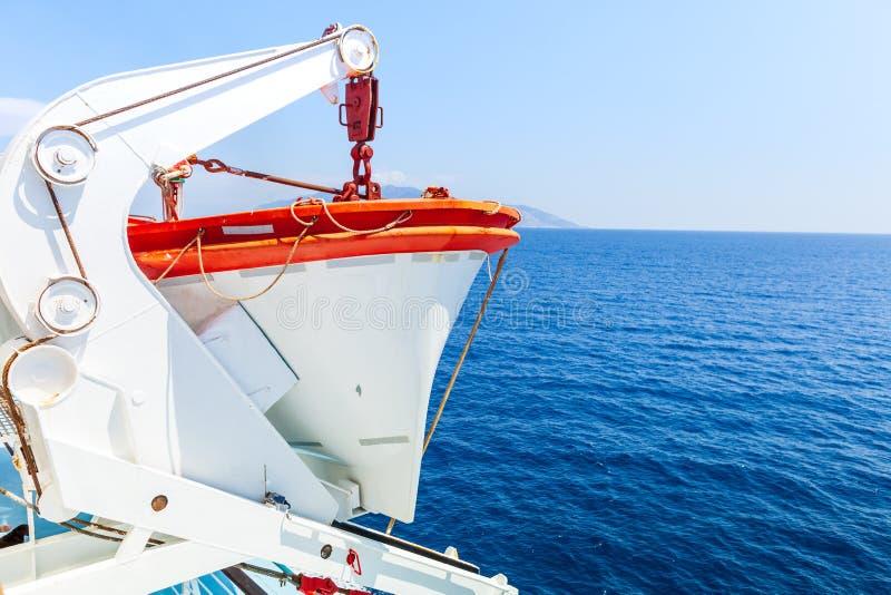 Nave del turismo Detalle del bote salvavidas, en el mar abierto, color azul profundo foto de archivo