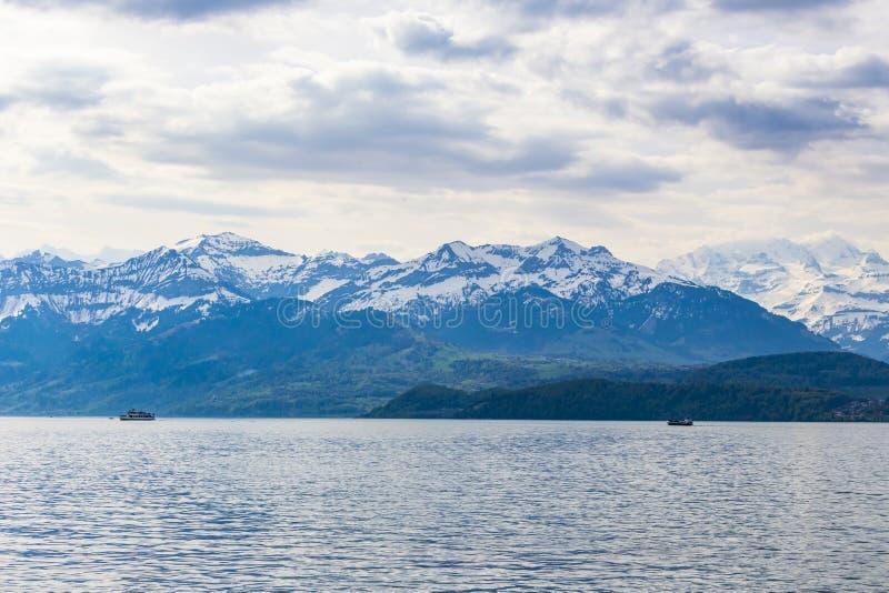 Nave del viaje en el lago Thun y la vista de la montaña Berna, Suiza de las montañas de Bernese imagenes de archivo