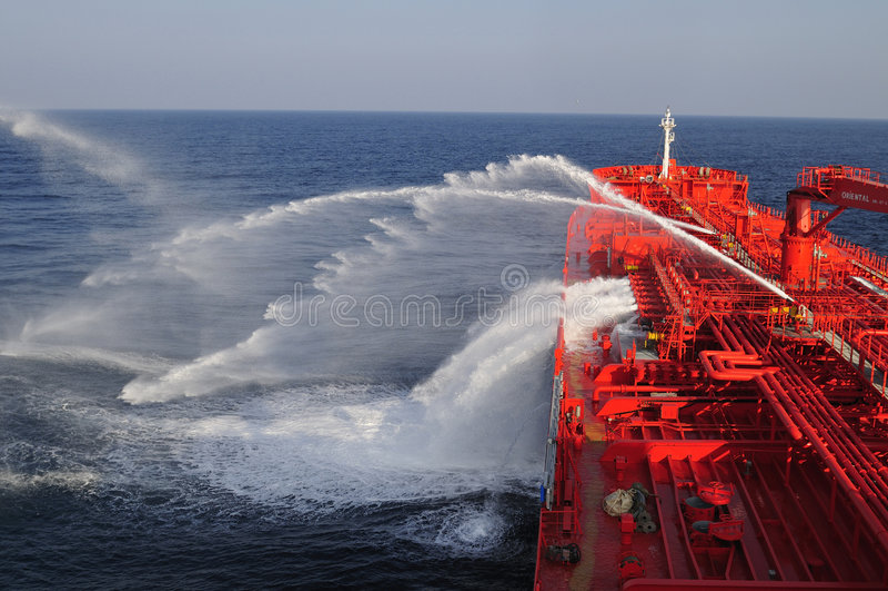 Nave dell'elemento portante del petrolio greggio dell'autocisterna durante l'esercitazione antincendio ex fotografia stock